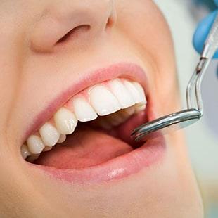 Comment les dents manquantes sont-elles remplacées?